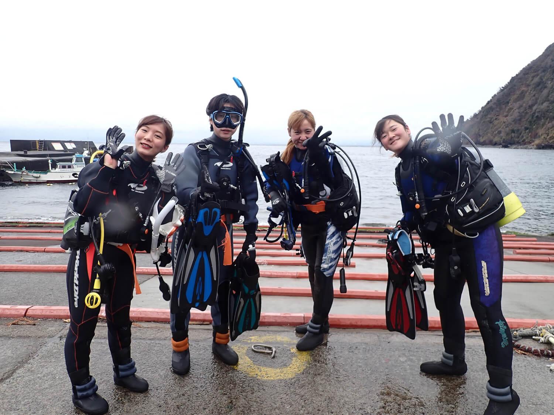 ダイビング器材とダイバーの写真